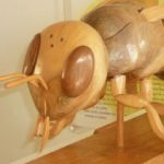 abeille en bois de la maison de l'abeille à cassagnoles